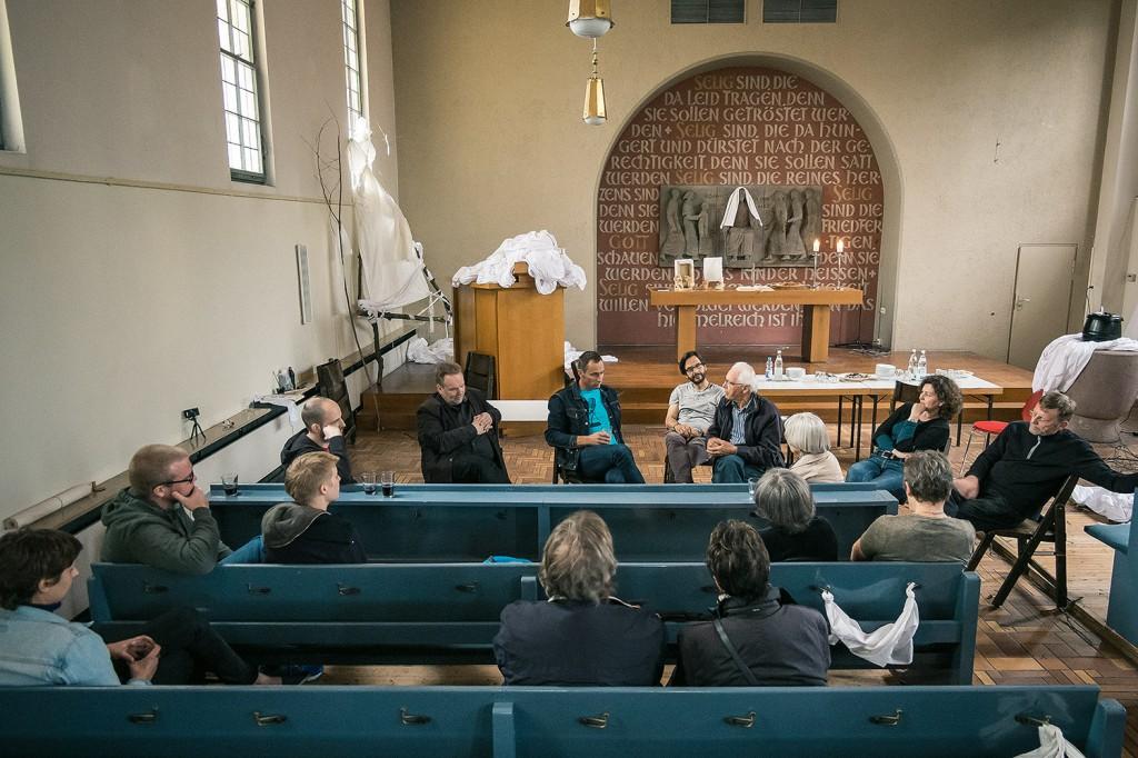 Ateliergespräch mit dem Kunstbeauftragten der Landeskirche, R. Lambert Auer. Foto: Josh v. Staudach