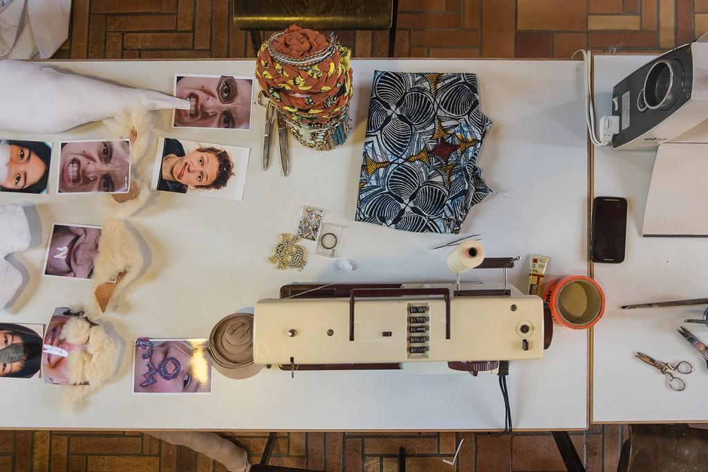 Skulpturenbau mit der Nähmaschine mit Weiny Fitui. Foto: Josh von Staudach